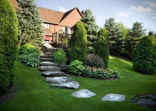 jardineria-en-pendientes-cesped-rocas-jardin