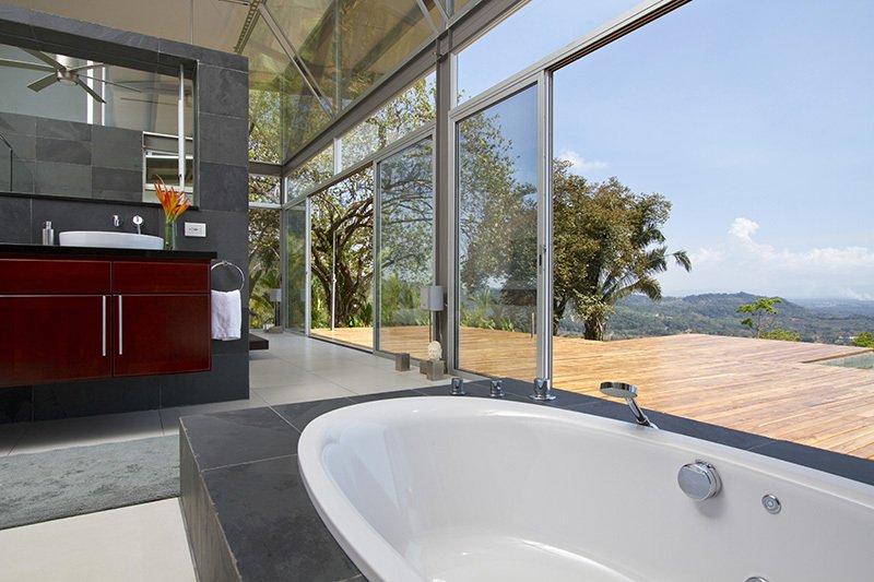 Diseño del cuarto de baño con vistas hacia el exterior