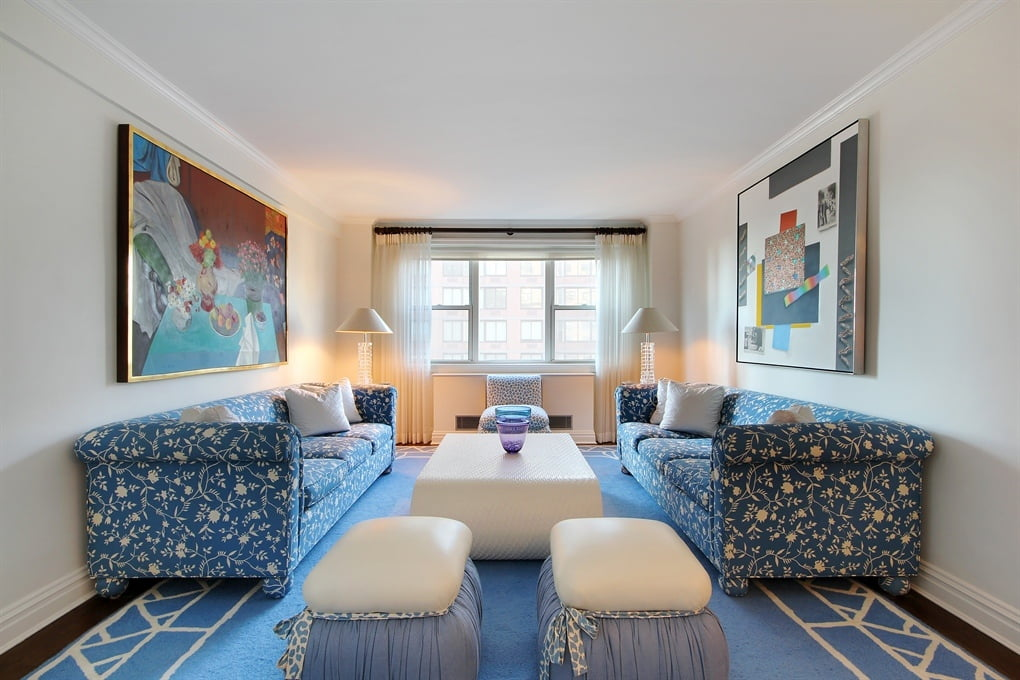 Esta una sala relativamente larga y estrecha, los muebles colocados frente a frente son una de las mejores disposiciones para estos espacios