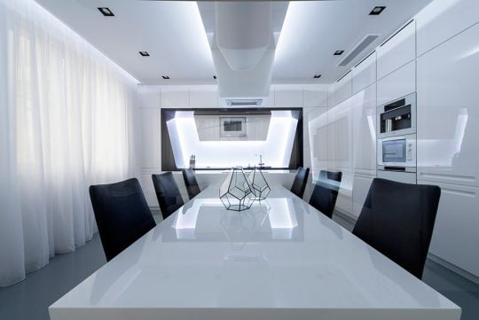 El brillo de los muebles blancos de la cocina le otorgan a este espacio elegancia