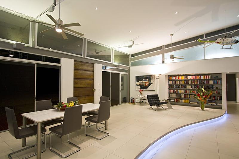 Se ha separado virtualmente los espacios del comedor y la sala mediante los pisos a desnivel (una grada)