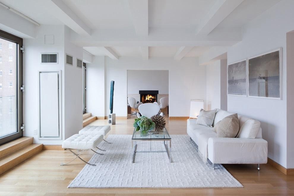 Diseño sobrio con los mueble, paredes e incluso la alfombra en color blanco