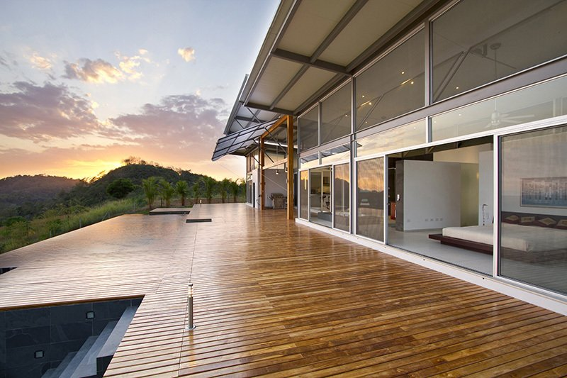 Diseño de amplia terraza abierta con piso de madera