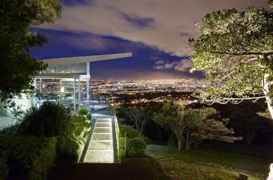 Casa de cristal y acero que se integra al entorno natural | Constructora Paramount