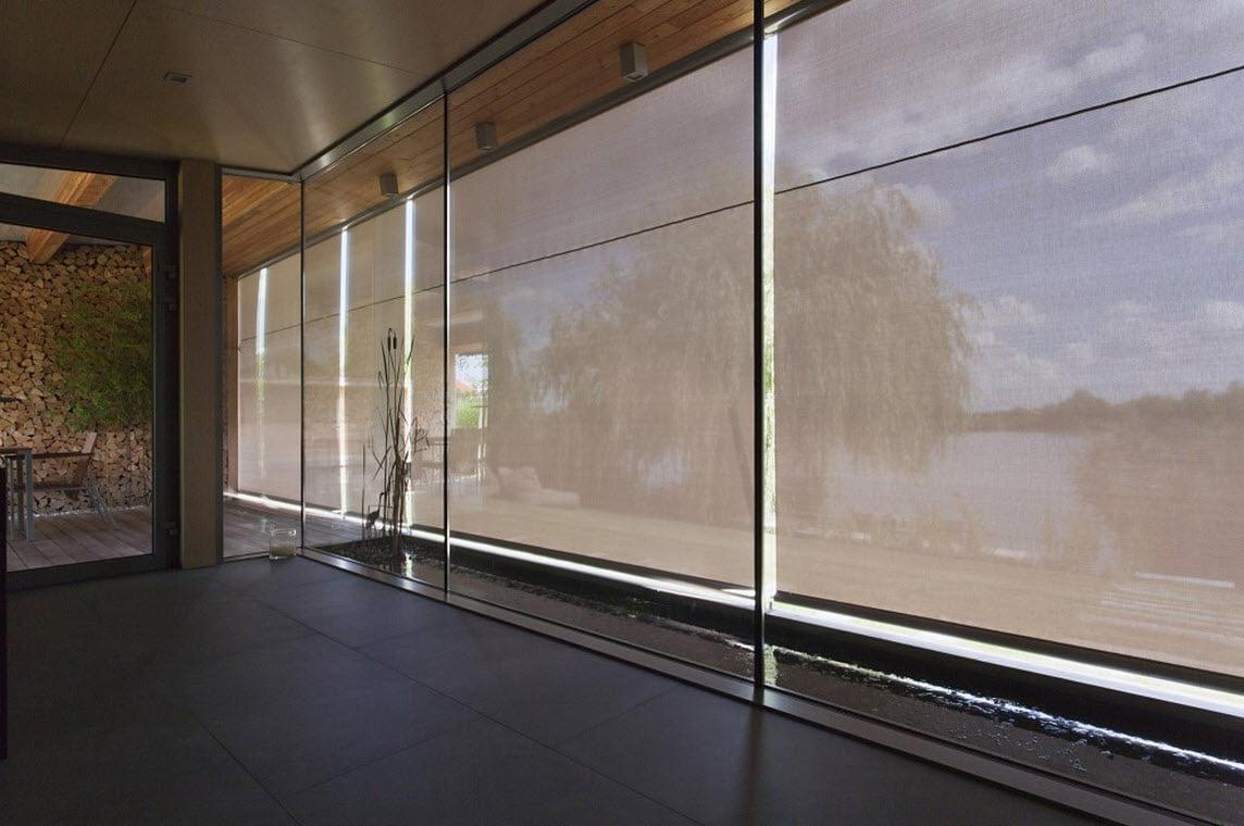 Cortinas semi transparentes se despliegan desde el volado del techo exterior