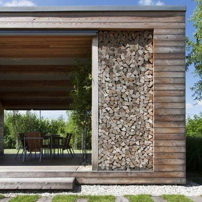 Detalle de las texturas de madera y parte del comedor cubierto