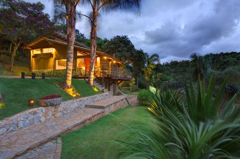 Vista de la casa iluminada al anochecer