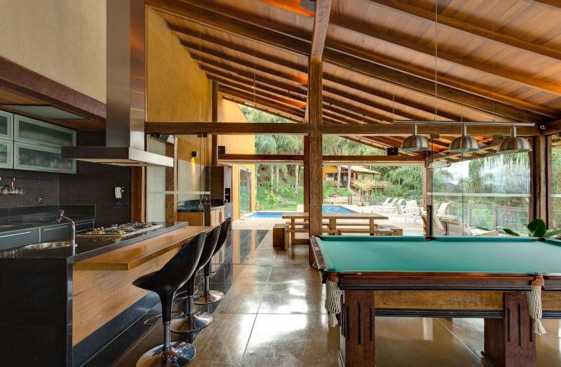 Una mesa de billas al costado del kitchenet y cerca a la piscina es parte de la zona de entretenimiento de la vivienda