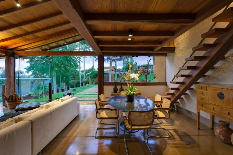 En Esta Vista Podemos Ver La Sala Comedor Y El Diseño De Las Escaleras De  Madera