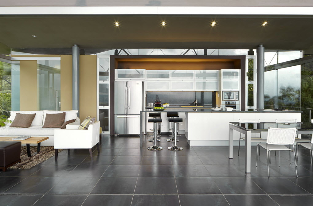 Vista de la moderna sala, el comedor y cocina