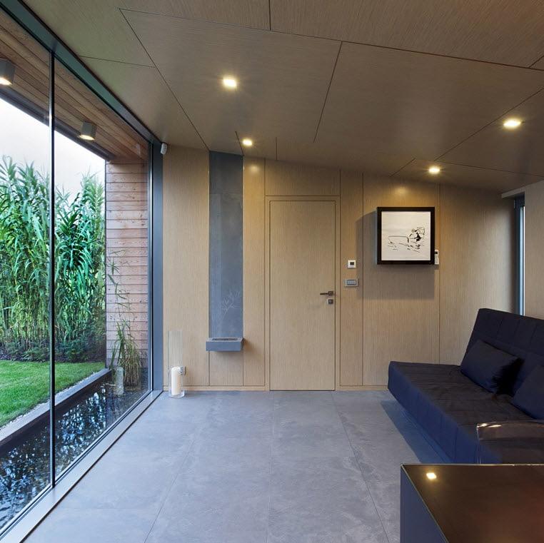 Pequeña sala estar de la casa con una hermosa visual al exterior