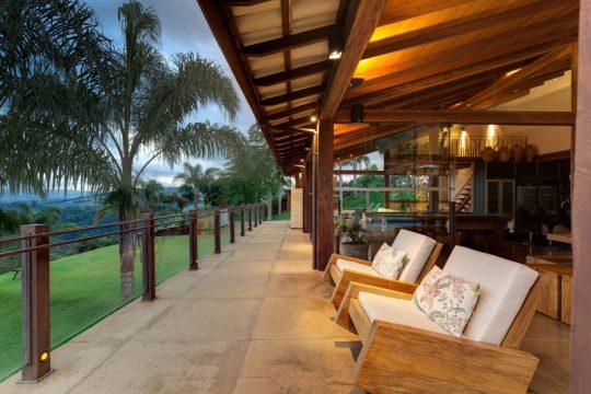 El cerco de la terraza es con postes de madera y metal, se han colocado cristales traslucidos al cerco lo que permite a los ambientes sociales de la casa disfrutar de la floresta cuesta abajo