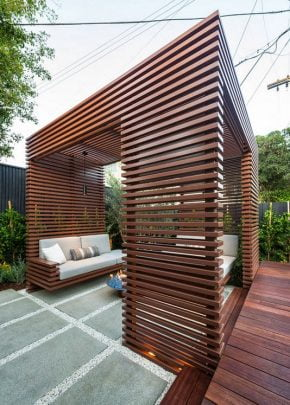 El diseño es de un cubo perfecto de madera, los muebles blancos están integrados al módulo y parecen flotar