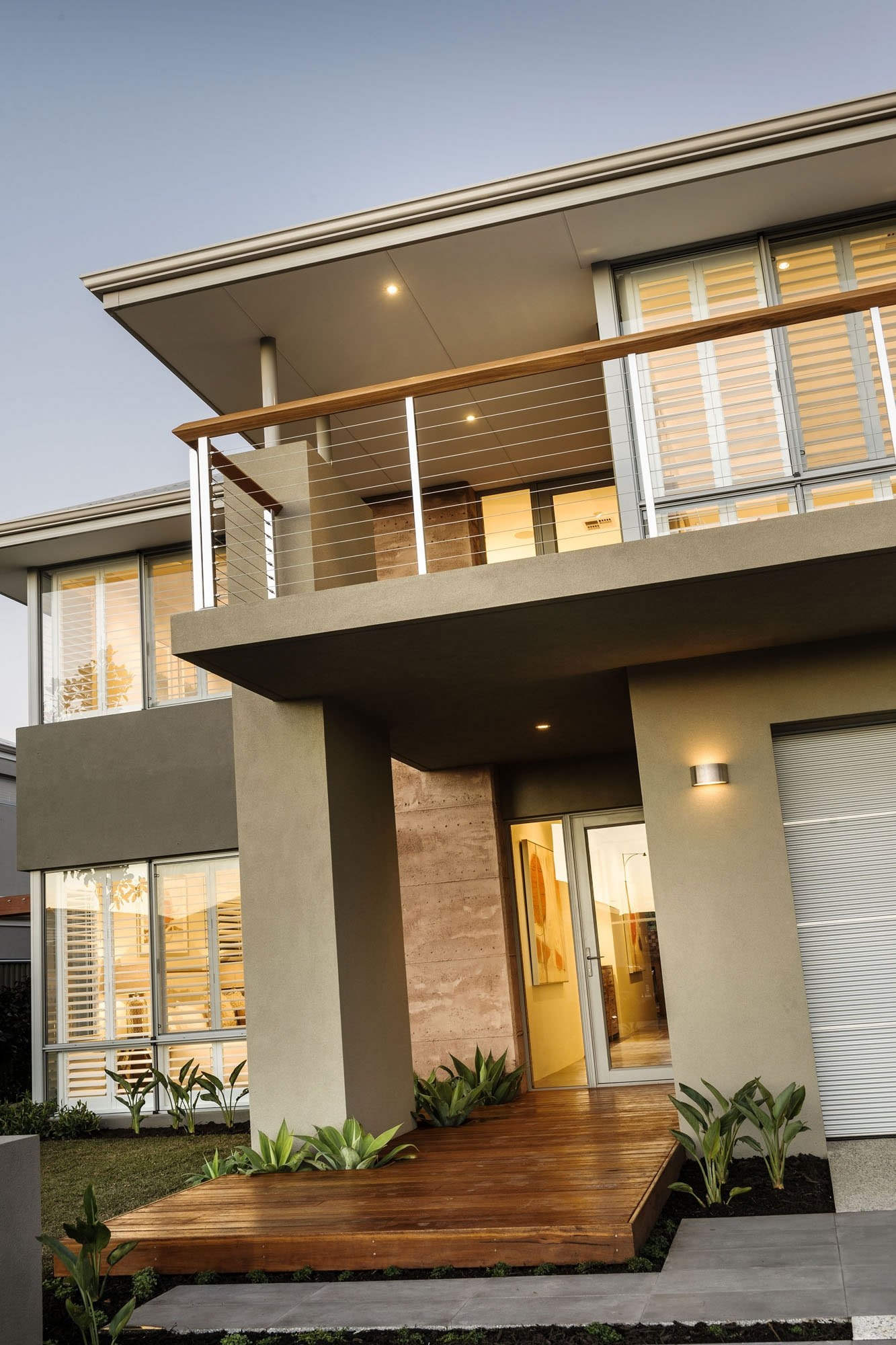 La puerta del ingreso principal es de cristal con marcos de madera y esta debidamente jerarquizada por el techo (del balcón) y la columna, el camino interior es de madera y el exterior es de concreto pulido