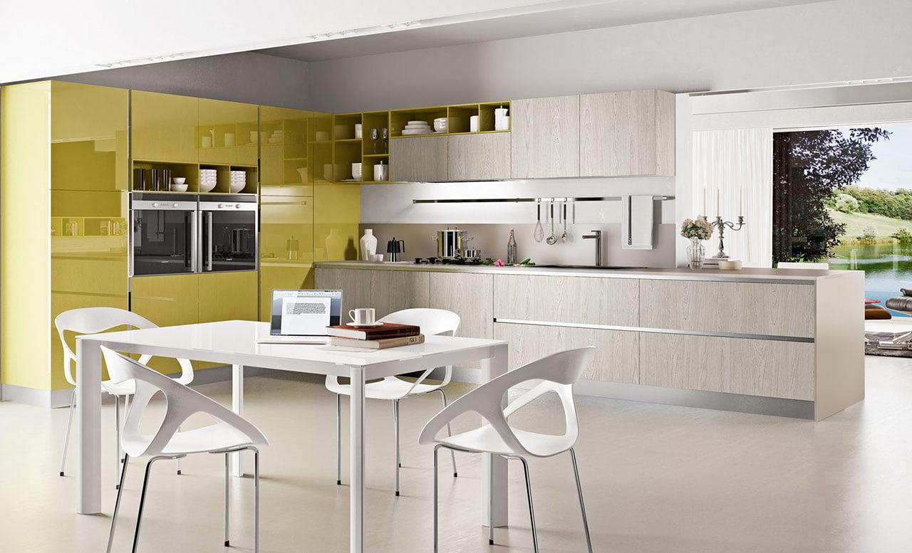 Brillante diseño de cocina en color amarillo, destaca mucho el diseño de los muebles calados del comedor de diario