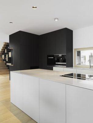Diseño de moderna cocina con isla con mueble y encimera blanca