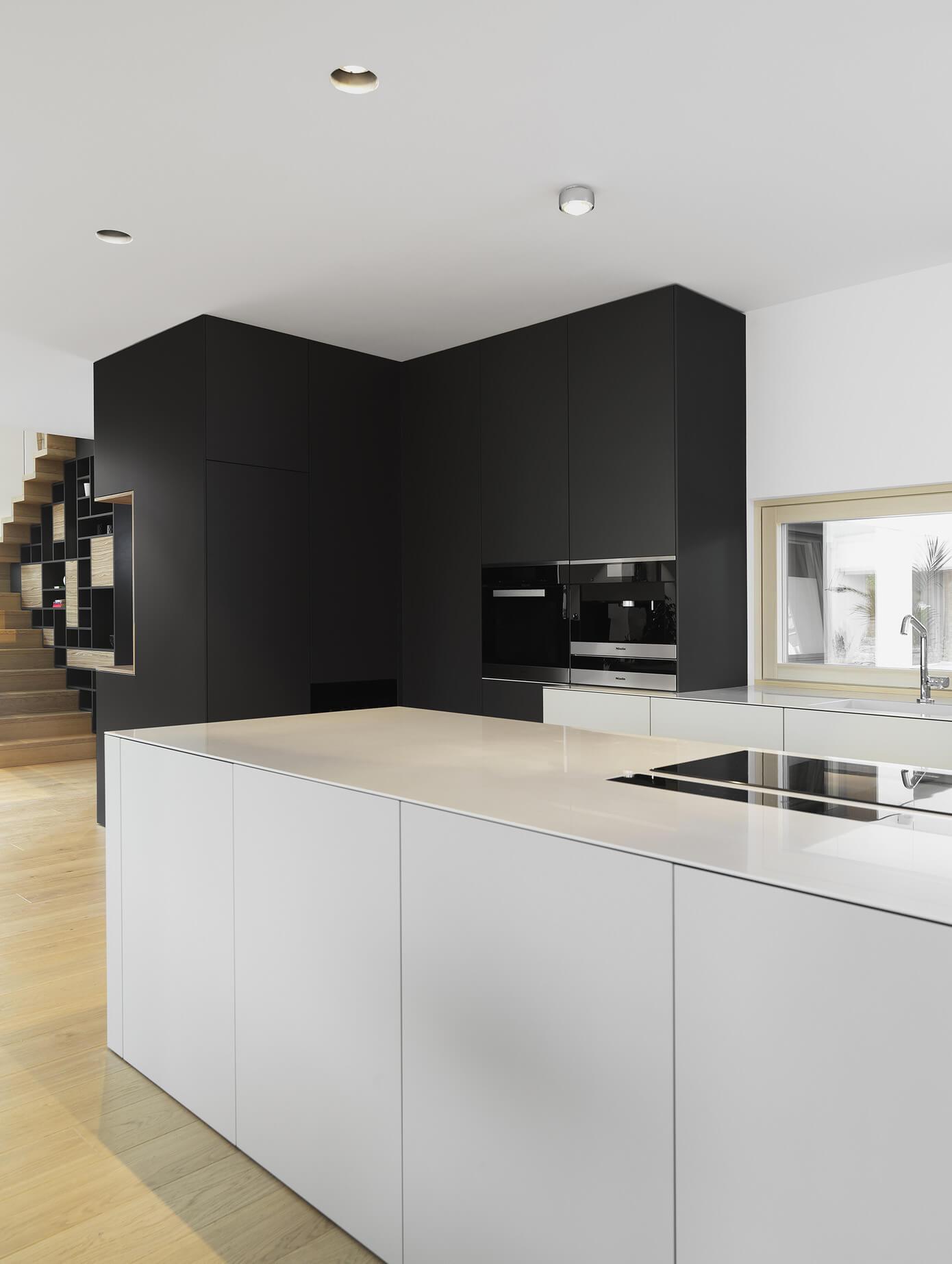 Diseño-de-cocina-moderna-color-blanco-y-negro - Constructora Paramount