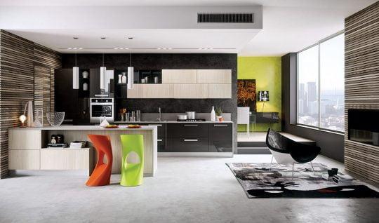 El verde fosforescente es uno de los colores más usados en la corriente pop ¿y si lo combinamos con el negro y el rojo? como resultado tenemos una cocina con un toque artístico que vemos en la foto