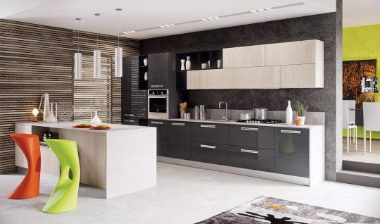 Otro ángulo de la cocina, importante papel en el diseño también lo cumple el muro de listones de madera en diferentes tonos