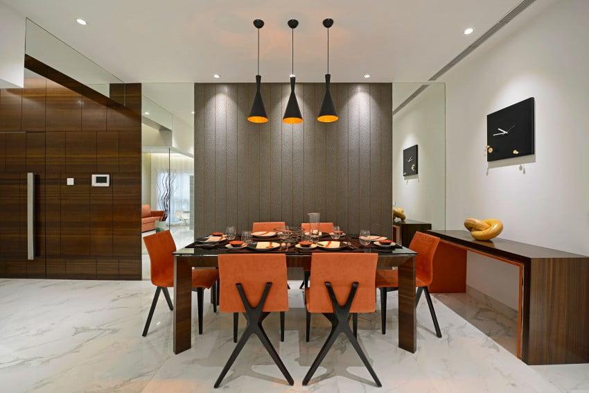 Diseño del moderno comedor con lamparas de techo de tres pantallas