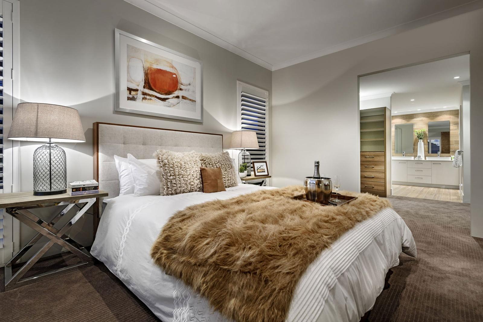 Diseño del dormitorio principal que incluye cuarto de baño completo