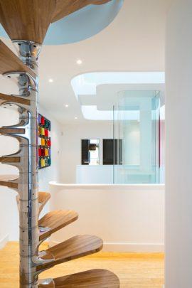 Diseño de escalera caracol que comunica dos habitaciones de forma vertical