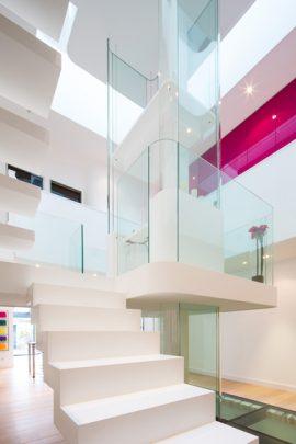 Casa moderna con fuente de iluminación desde el centro | Constructora Paramount