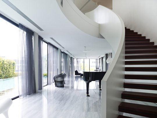 Diseño de la escalera ovalada que dejan ver luz a través de los peldaños