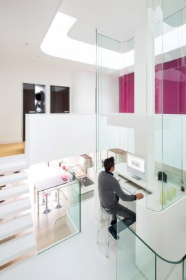 Diseño de pequeño estudio ubicado al centro de la casa, cuenta con una buena iluminación natural proveniente de la claraboya