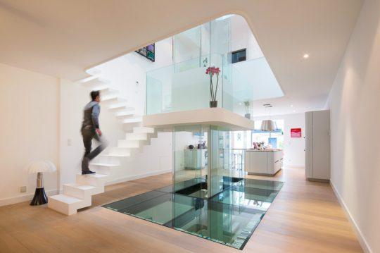 Trabajos con la luz natural en el diseño de interiores de una moderna vivienda (Diseño: Le studio Pierre Antoine Compain)