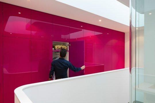 Diseño de mueble empotrado en la pared de color rosado brillante