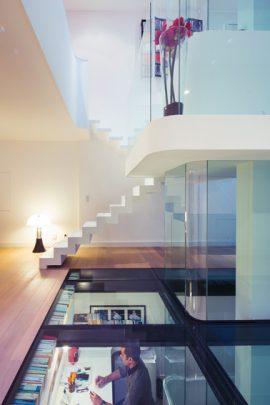 Vista del sótano que tiene un techo de vidrio transparente