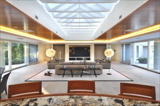 Un sala con excelente iluminación natural, el techo calado permite el ingreso de la luz ademas de las grandes ventanas laterales