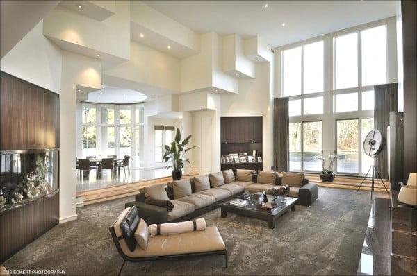 Una amplia sala con techo a doble altura presentes en esta casa, las estructuras en los muros le dan imagen de solidez