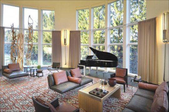 Un piano constituye el elemento principal de este diseño de sala, observa los elementos como la alfombra y las cortinas que complementan el diseño