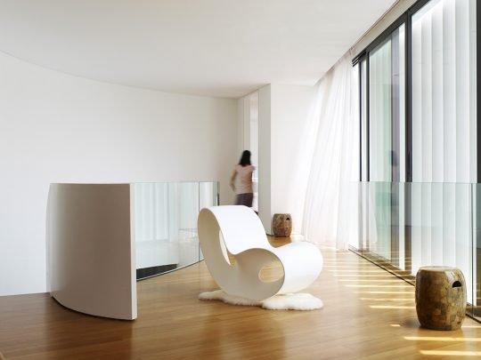Al llegar al segundo piso nos encontramos con un pequeño hall donde ha colocado una silla moderna de diseñador