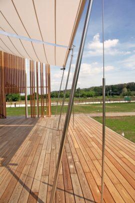 Un techo de tela que se puede graduar de acuerdo al movimiento del sol cubre parcialmente la terraza de la vivienda