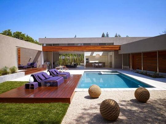 Vista de la piscina que esta frente al salón principal de la casa que es el eje principal del diseño