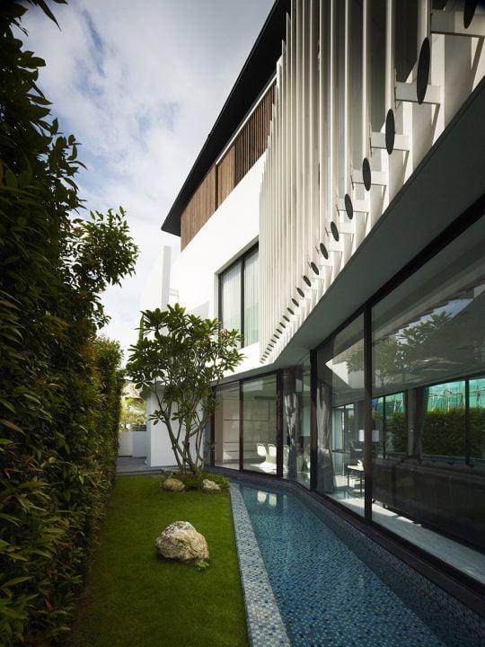 Una estructura metálica en el segundo piso estilo de persianas verticales, permite el paso controlado de los rayos solares