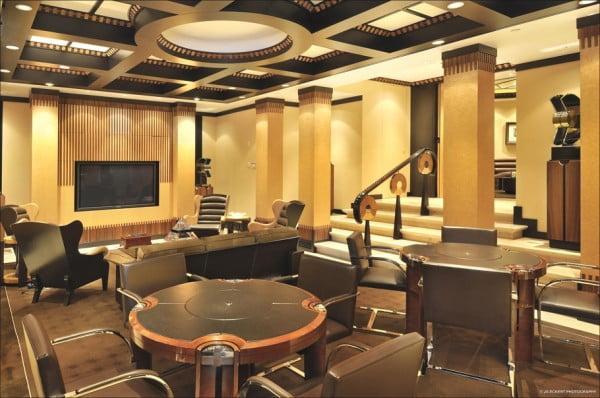 Nótese que cada detalle de la casa desde el piso hasta los techo mantiene el lujo y confort de una casa de casi 20 millones de dólares, aquí vemos una sala de reuniones