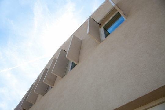 Cuando se cierran la ventanas puede soportar climas intensos, en mejores condiciones de tiempo es posible abrir los vanos para el ingreso de la luz solar