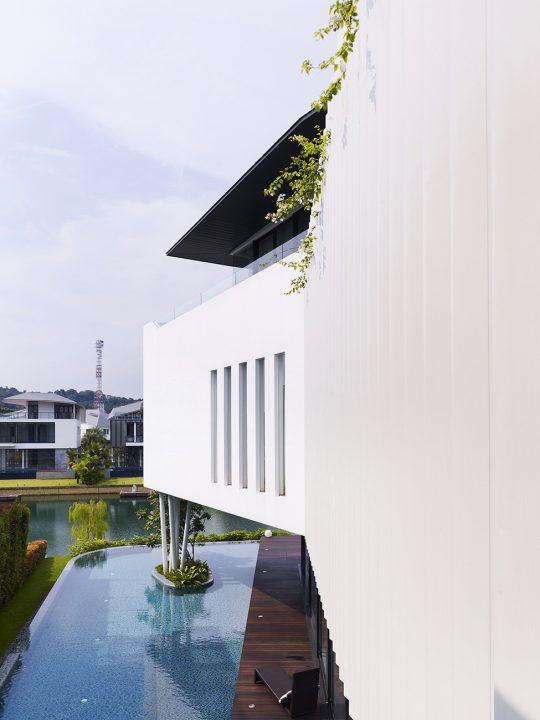 En esta imagen podemos ver claramente el ángulo de quiebre de uno de los lados de la casa, además del diseño del espejo de agua en el primer nivel