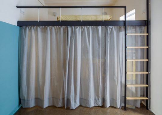 Cortinas para dividir virtualmente el área (Foto: Nieve / Diseño: Nook Architects)