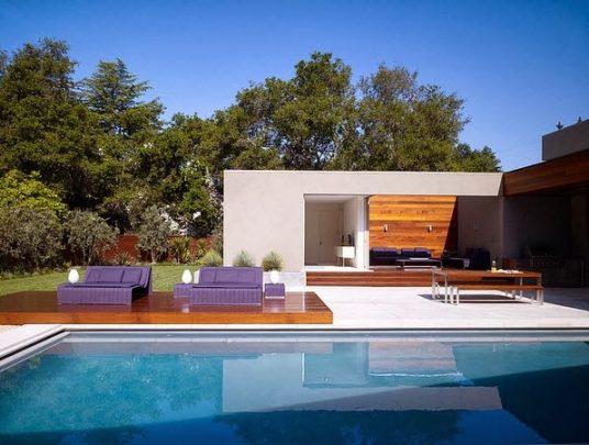 La piscina esta al centro de la casa, los muros de lineas simples le dan un aspecto moderno y elegante a la casa