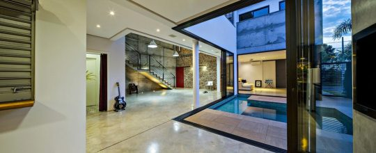 Amplios pasadizos al interior de la vivienda