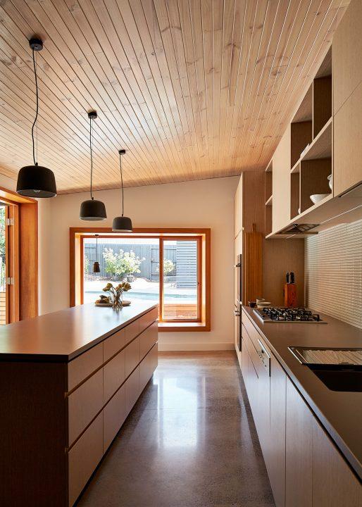Vista lateral de la cocina con isla
