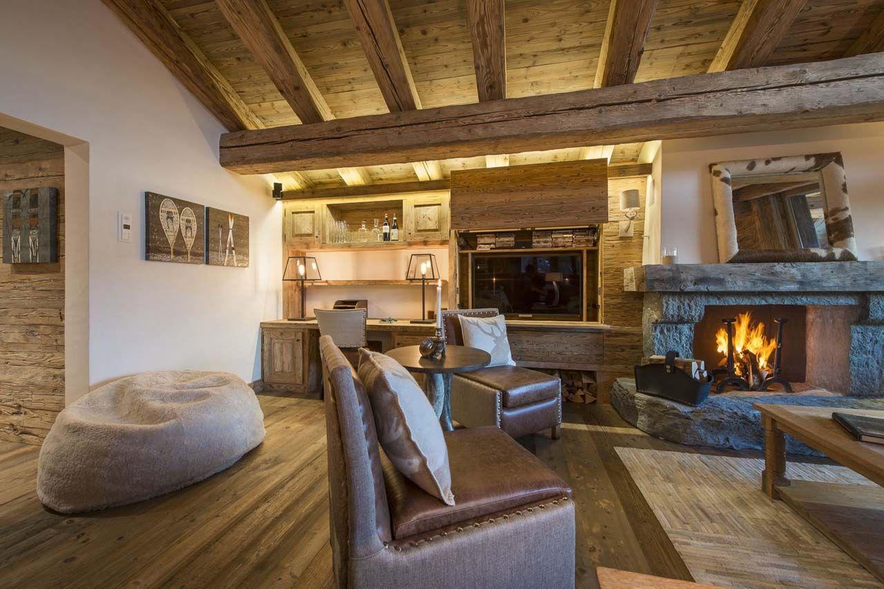 En casas de campo el uso de muebles de cuero se hace casi imprescindible en la decoración, aquí se ha utilizado para complementar el juego de sala