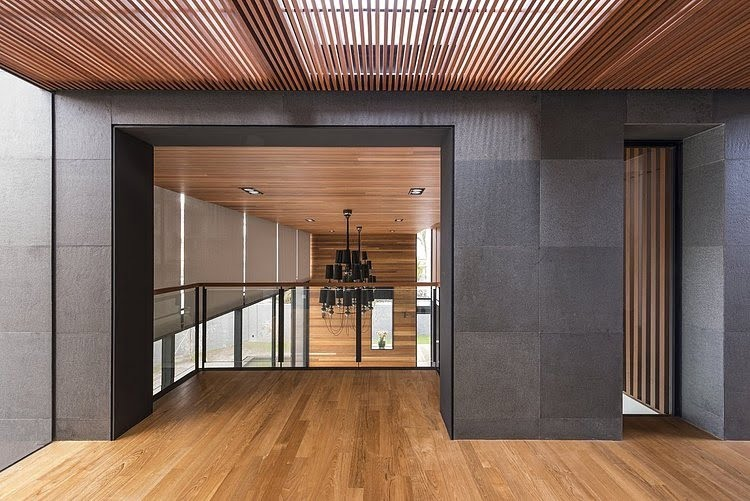 En el segundo piso se ha creado un pequeño Lounge que tiene vistas hacia la sala del primer piso (por favor revisar la primera foto del diseño de interiores)