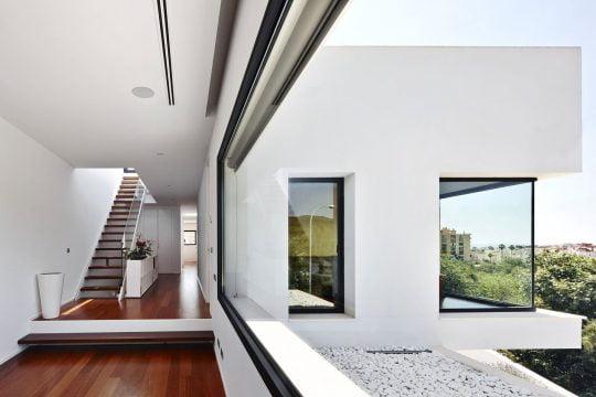 La madera para los pisos es de color nogal (en este caso madera de Merbau) hacen contraste con el blanco de las paredes