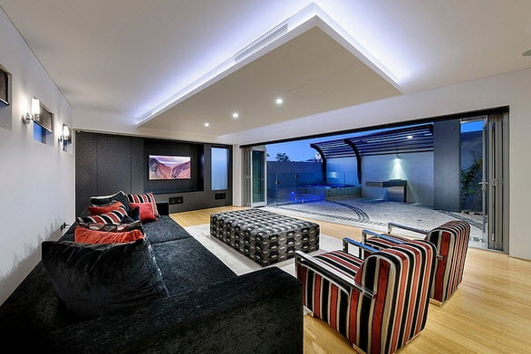 Sala con diseño moderno que se convierte en sala de cine